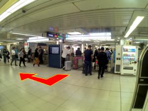 西新宿改札を出て右手方向へ